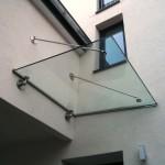 Vordach aus Glas mit Edelstahlelementen
